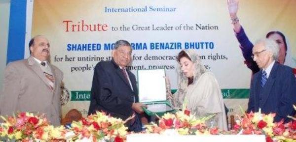 Presentation of sheild to Fahmeeda Mirza